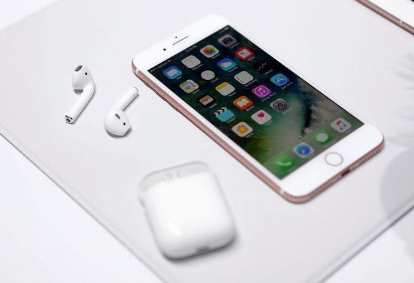 通过触摸耳机外部,可以召唤出苹果的人工智能助理siri.