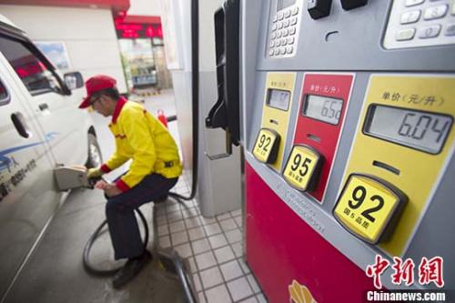资料图:山西太原,加油站工作人员给车辆加油。 <a target='_blank' href='http://www.chinanews.com/' _fcksavedurl='http://www.chinanews.com/'></table><p align=