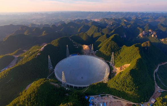 """探访""""中国天眼""""——世界上口径最大的单天线射电望远镜"""