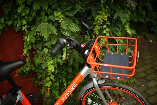 安装汉能薄膜太阳能发电板的摩拜单车